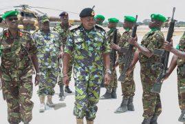 President Uhuru Kenyatta rubs shoulders with Kenyan troops in Somalia