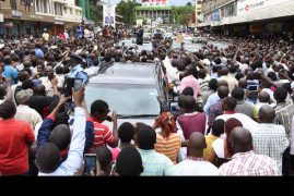 Joyous Kisumu Residents Turn Up In Streets Carrying Ipads and Smart Phones To Welcome President Uhuru Take His Photos