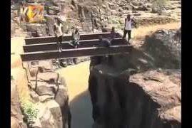 Kenyans Dangerous diving for money (VIDEO)